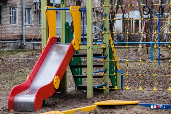 Малыш может не понимать значения слова, но услышать его на детской площадке, связать с эмоцией и начать повторять