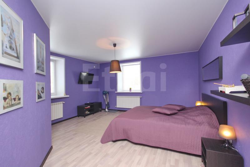 Одна из спален. Минимум мебели, стены сочного цвета. Как вам?