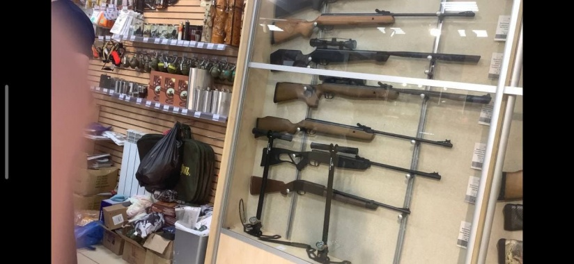 В оружейном магазине Йошкар-Олы, где казанский стрелок купил оружие,  силовики изымают диски и документы | НГС - новости Новосибирска