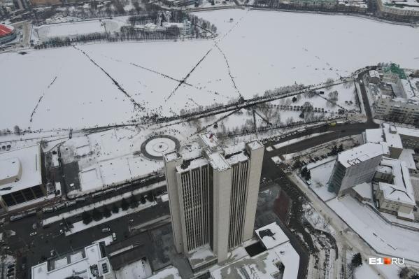На этот раз задерживать протестующих на льду Городского пруда сотрудники ОМОНа не стали