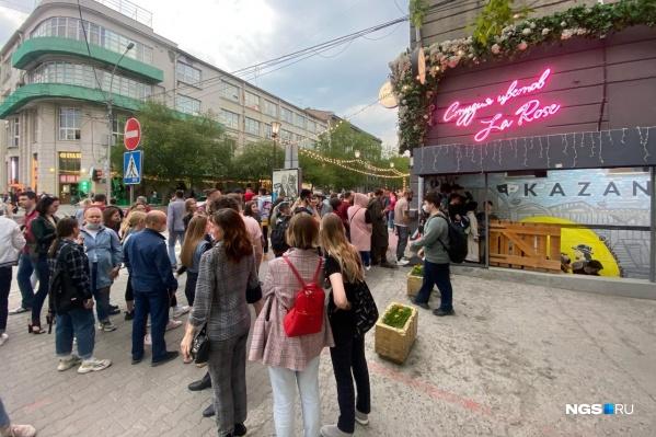 На улице Ленина собралась толпа