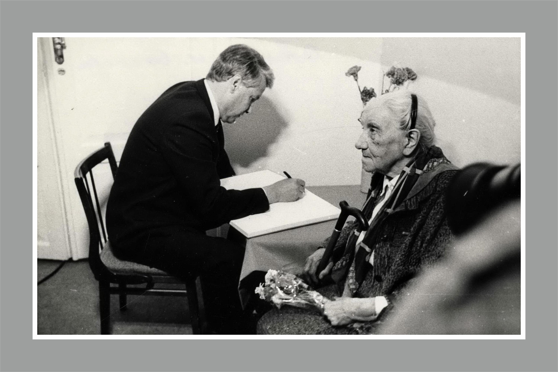 Фото первой половины 80-х. Секретарь Свердловского обкома КПСС Борис Ельцин и первый почетный гражданин Свердловска Бычкова Анна Николаевна