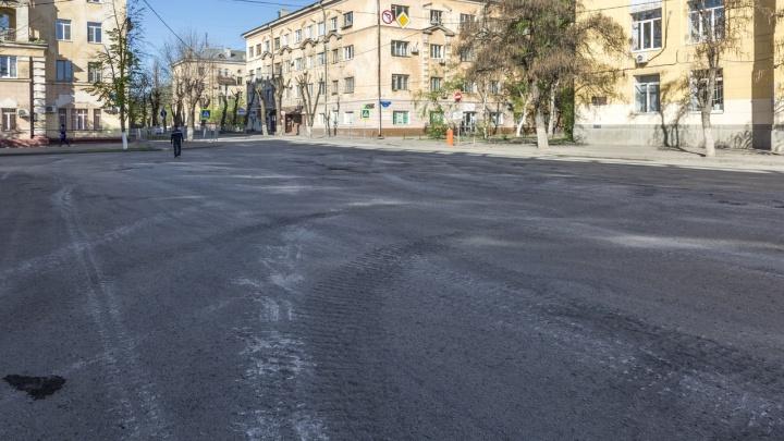 Тяжелая военная техника раскрошила асфальт на улице Мира в центре Волгограда