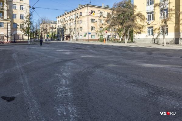 Белые линии на асфальте — следы от танков