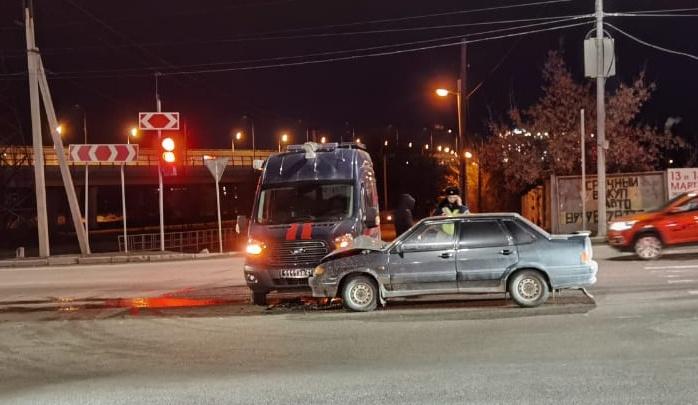 В центре Волгограда машина Следственного комитета попала в тройное ДТП
