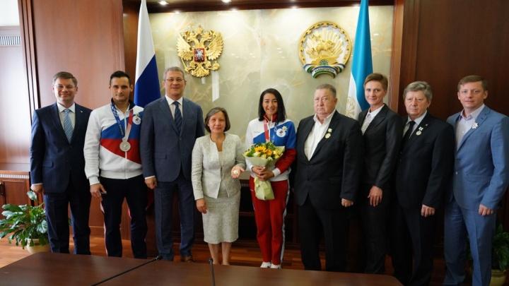 Хабиров подарил олимпийским медалистам из Башкирии 4,5 миллиона рублей