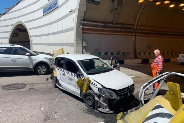 Такси получило сильные повреждения