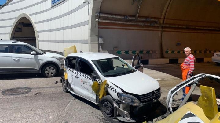 В сочинском тоннеле такси отбросило на отбойник после ДТП с «Мерседесом»
