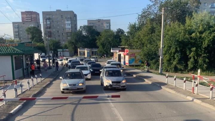 В Новосибирске водители выстроились в два ряда на встречной полосе перед переездом — что им за это грозит