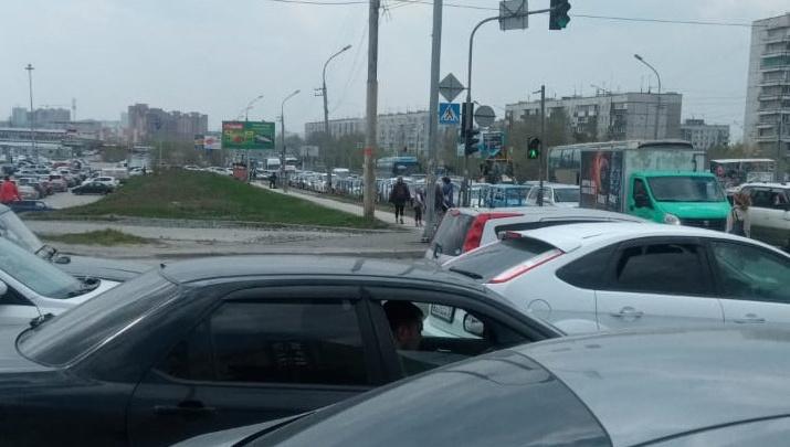 «Куда всех прорвало-то?»: новосибирцы встали в пробке на Гусинобродском шоссе