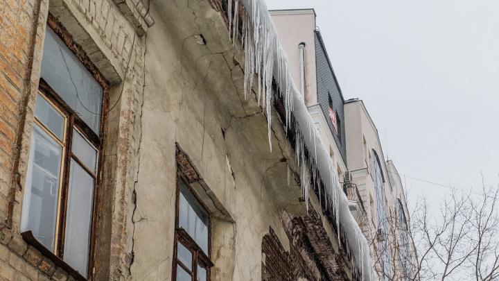 Следователи просят пермяков сообщать о пострадавших при падении снега и льда с крыш