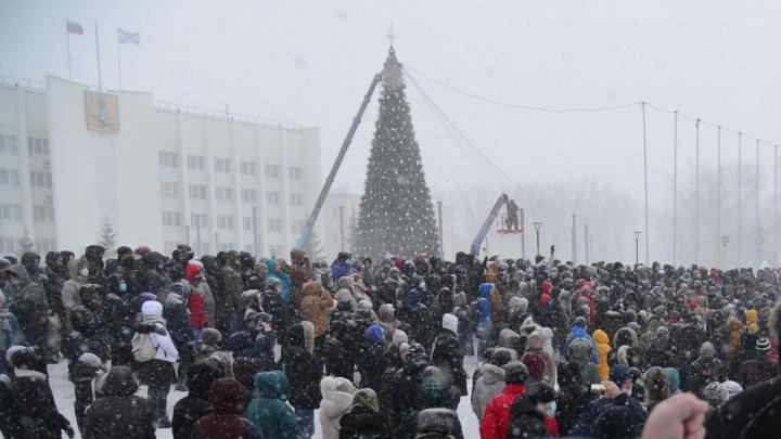 Праздник кончился: фото из Архангельска, где снимали новогодние украшения и требовали свободы России