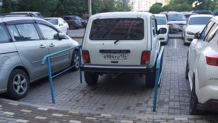 «Не шуми, я — инвалид!»: автохамы Волгограда захватывают места, не приспособленные для парковки