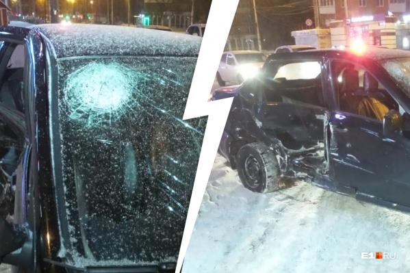 ПассажиркуLada Granta, головой разбившую лобовое стекло, на скорой помощи увезли в больницу