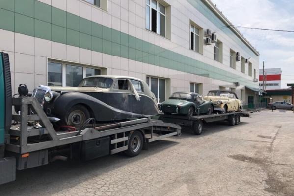 Жители города заметили на дорогах автовоз с редкими моделями иномарок