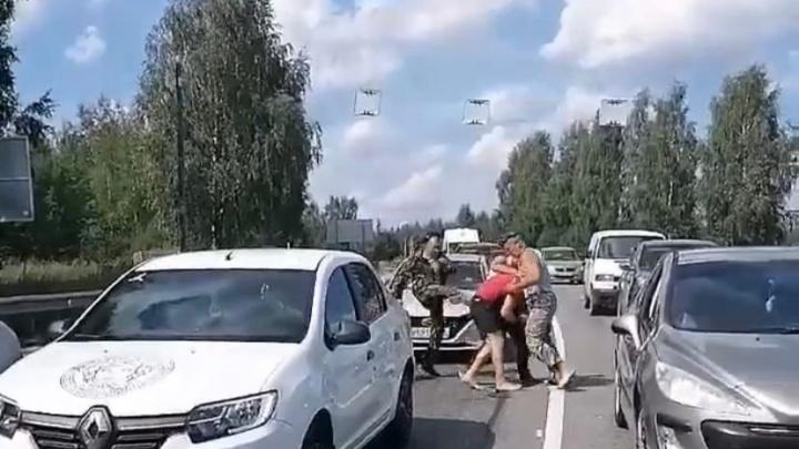 «Братство само разберется»: в Ярославской области десантники побили водителя прямо на дороге. Видео