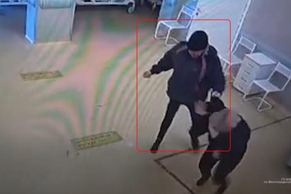 Мужчина несколько минут остервенело избивал закрывающуюся руками женщину