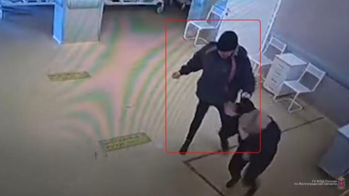 Остервенело бил руками: в Волгограде пациент больницы №25 избил женщину-охранника — видео