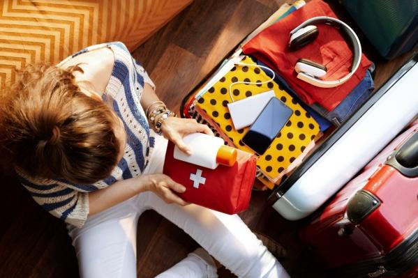 Собираясь в путь, важно не забыть солнцезащитный крем, пластырь и спрей от комаров