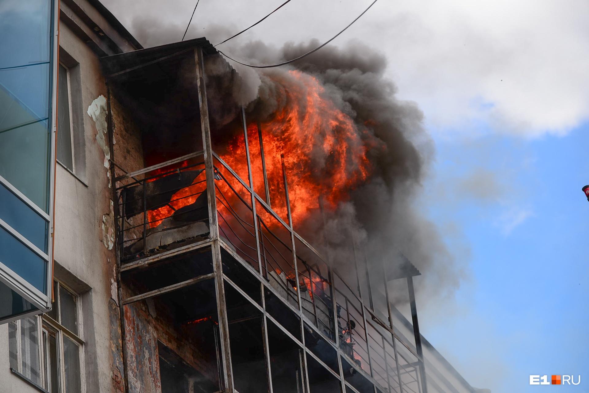 Жильцы опасаются, что балконы могут рухнуть на пешеходную часть Вайнера