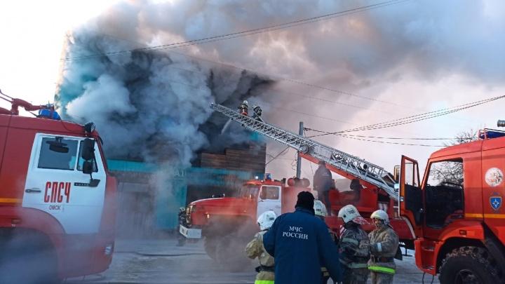 В Омске 100 спасателей тушат трехэтажное здание сервиса по ремонту оборудования