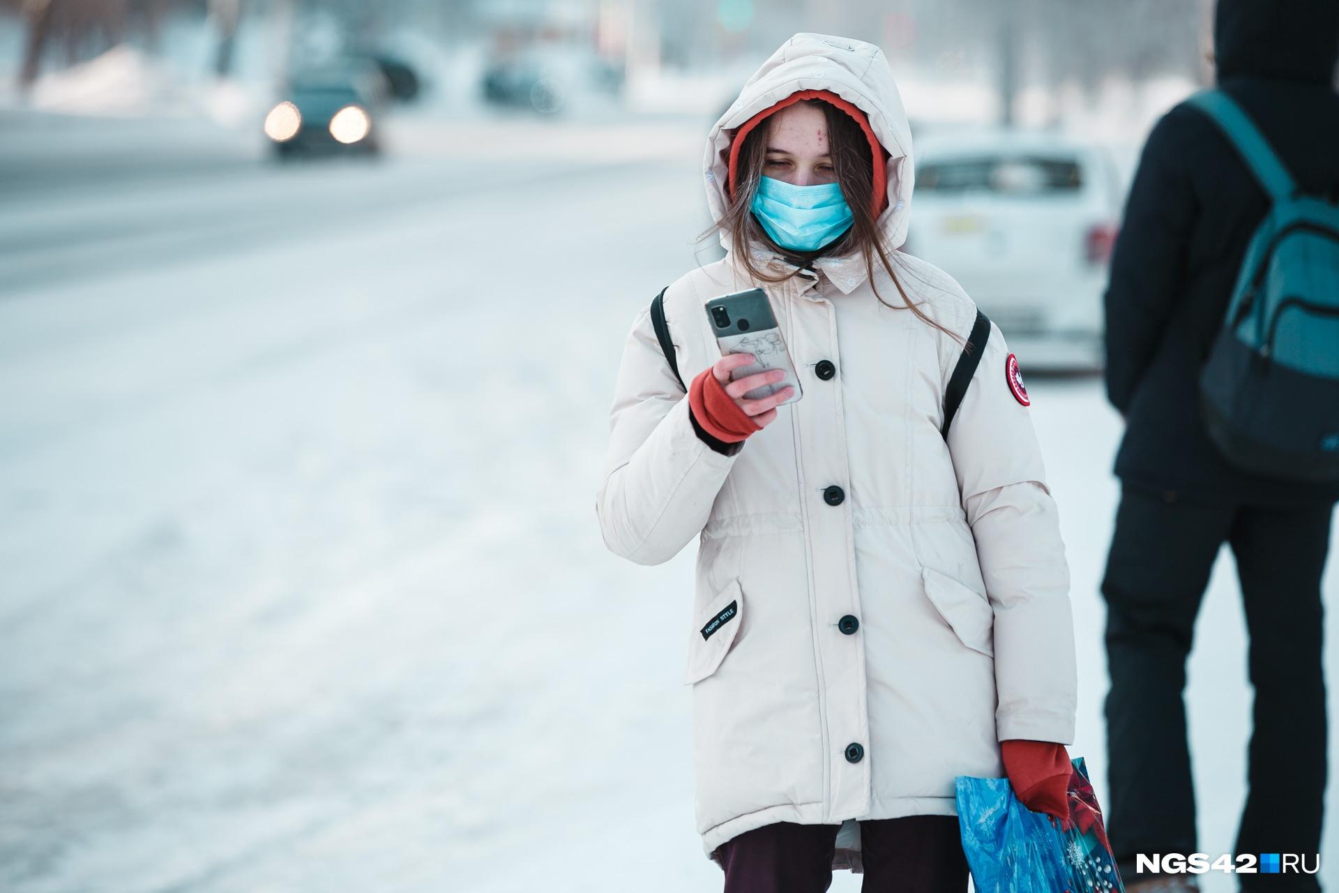 Медики советуют одеваться теплее и многослойно, чтобы не получить обморожение