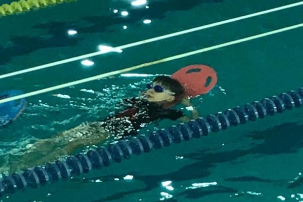 Костя осваивает плавание вслед за фигурным катанием