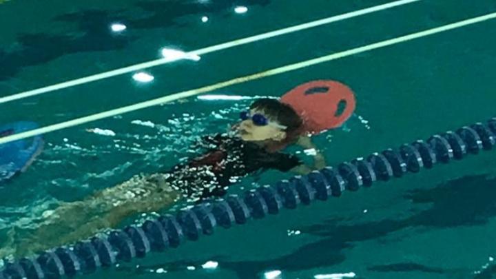«Многие взрослые так не смогут»: оставшийся без руки фигурист из Волгограда освоил плавание