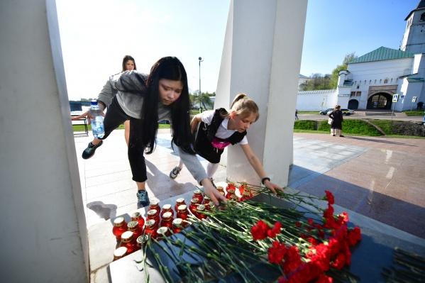 Люди возложили цветы в память об усопших