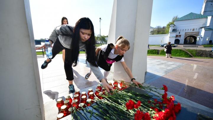 В Ярославле устроили мемориал погибшим при стрельбе в Казани