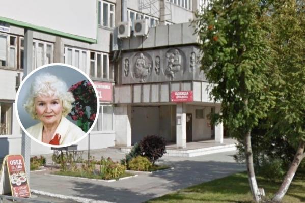 Вид на здание летом. Создательница барельефа — Лилия Федоровна Бурлакова (Бурянская)
