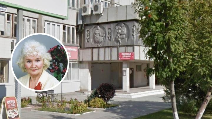 Выколотили по алюминию: кто и когда создал барельеф на здании «Синара», который сняла компания