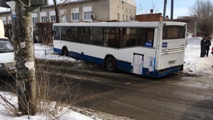 В центре Омска автобус с пятью пассажирами врезался сначала в трамвай, потом в дерево