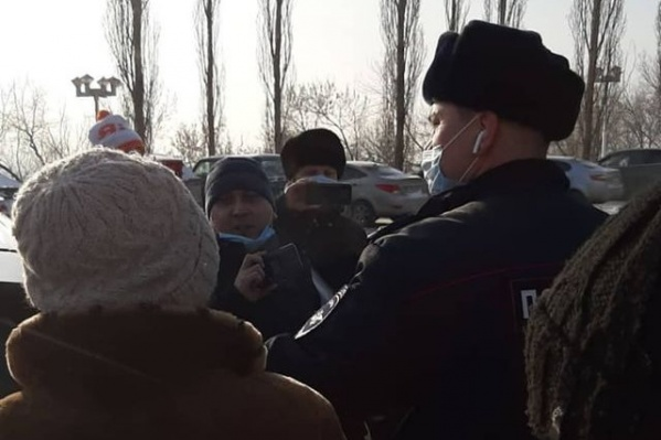 В центре — тот самый задержанный активист Альберт Рахматуллин