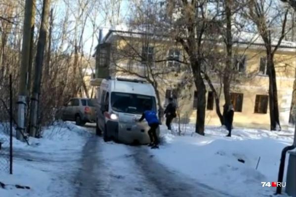 Выбраться из снежной ловушки спецмашине медиков удалось лишь с посторонней помощью