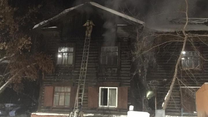 В двухэтажном доме на Обской вспыхнул пожар: одному из жильцов потребовалась реанимация