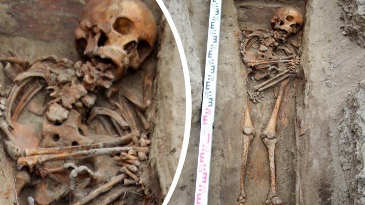 Шея срослась с грудью: археологи нашли скелет красноярской горбуньи на раскопках за «Квантом»