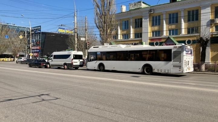 В Волгограде при столкновении пассажирского автобуса и маршрутки пострадали три человека