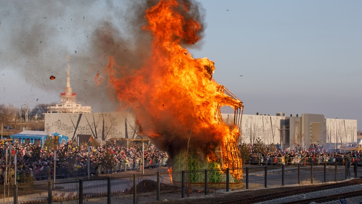 Гори, гори ясно! В Волгограде сожгли 12-метровое чучело и прогнали зиму — видео