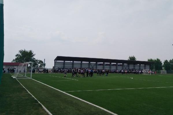"""В школе <nobr class=""""_"""">№ 31</nobr> дети ждут окончания спецмероприятий в учебном заведении на стадионе"""