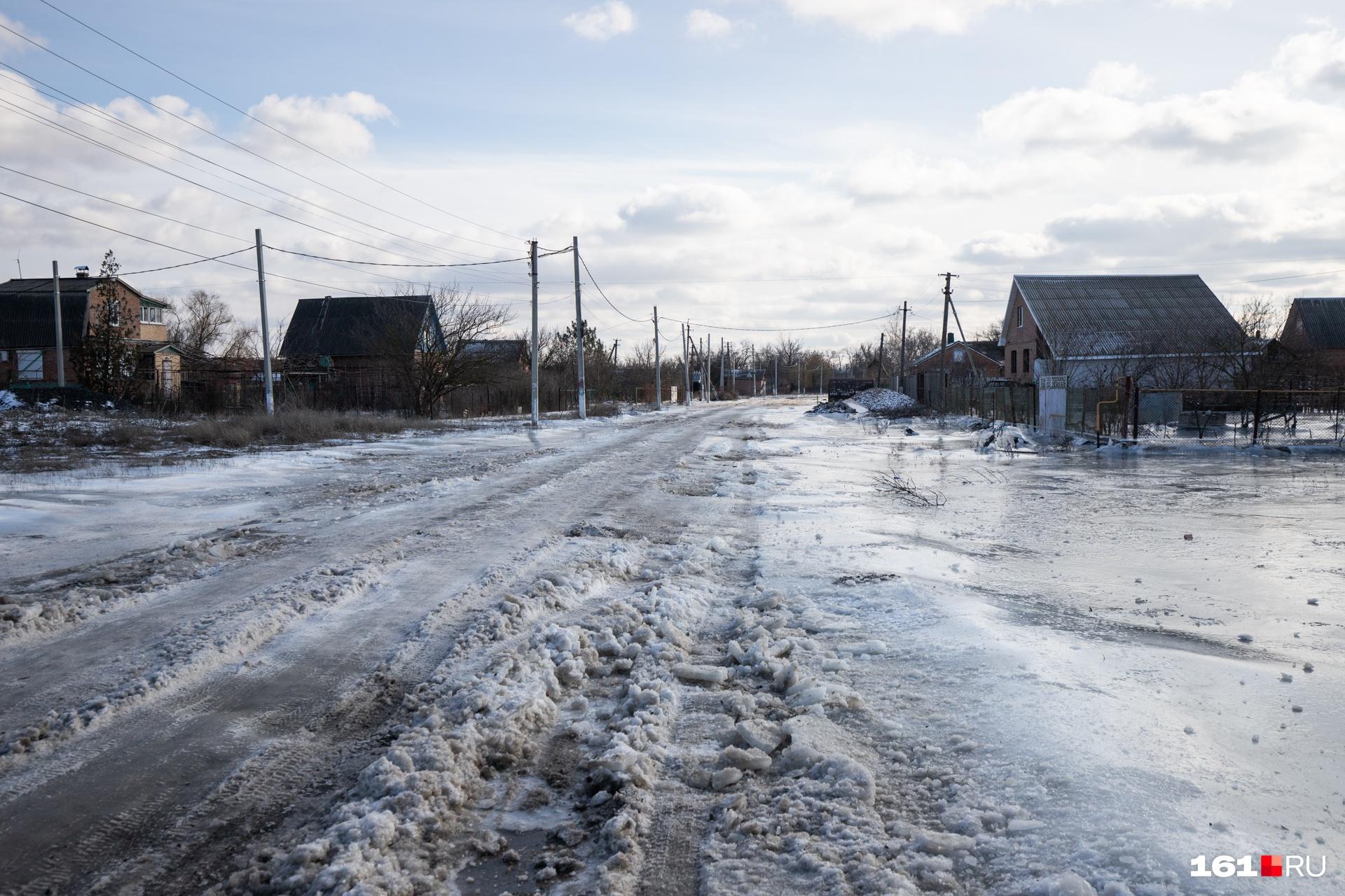 Местные жители вынуждены передвигаться по скользким улицам — альтернативы нет