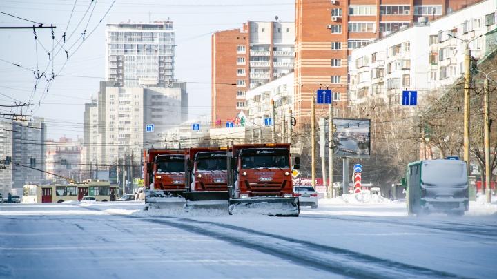 Дороги Челябинска после снегопада убирали круглосуточно
