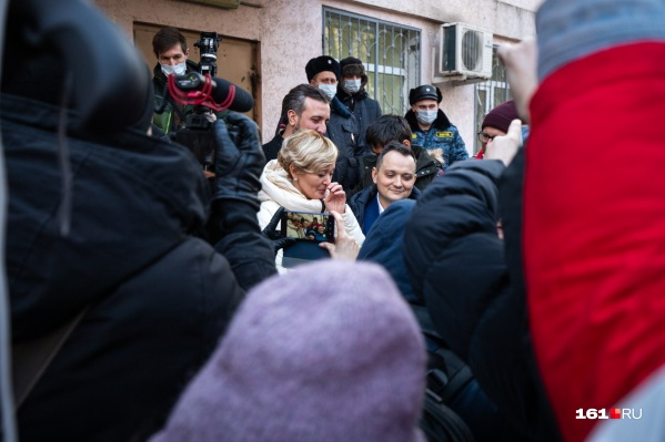 После приговора Анастасию встретила толпа из журналистов, сочувствующих и полицейских