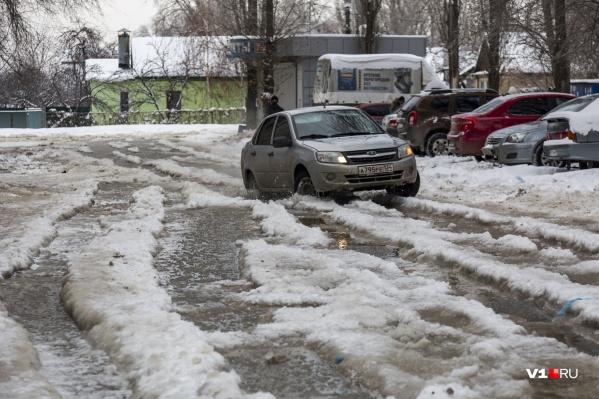 Из-за порыва по улице не могут проехать ни машины, ни маршрутки