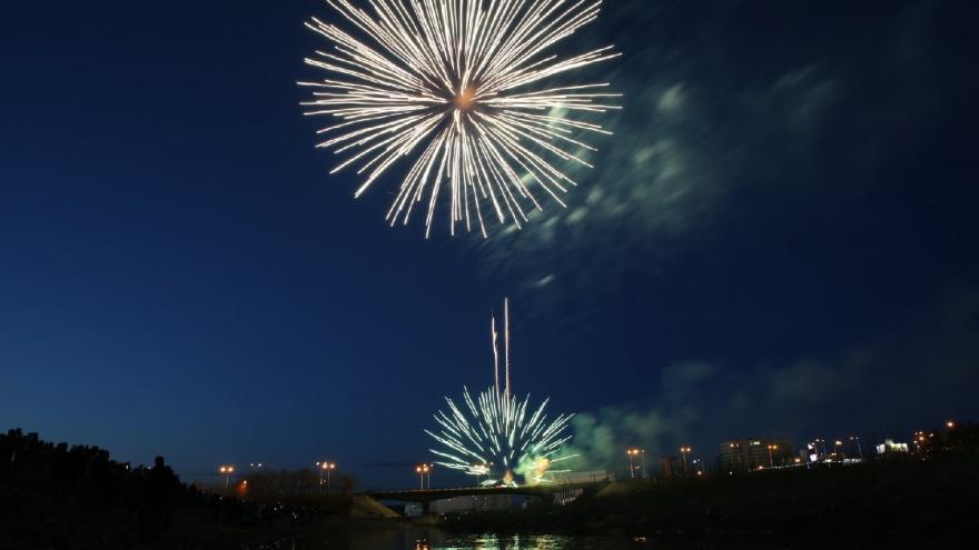 Над Кемерово прогремел салют в честь Дня Победы: большой праздничный фоторепортаж