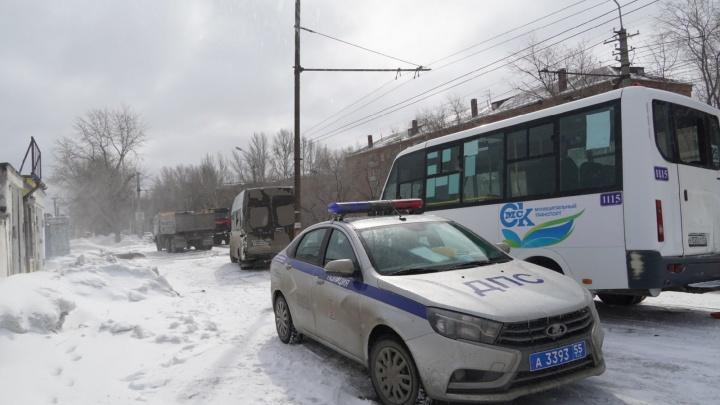 На проспекте Мира грузовик протаранил две маршрутки
