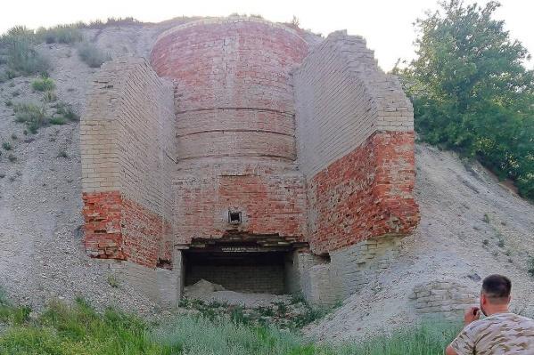 Эти развалины приняли за дореволюционные постройки. На самом деле это заброшенный завод, производивший мел и известь