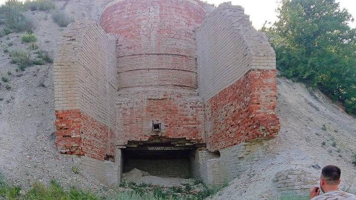 «Этот завод выпускал мел для военного Сталинграда»: под Волгоградом туристы нашли гигантские печи в меловых горах