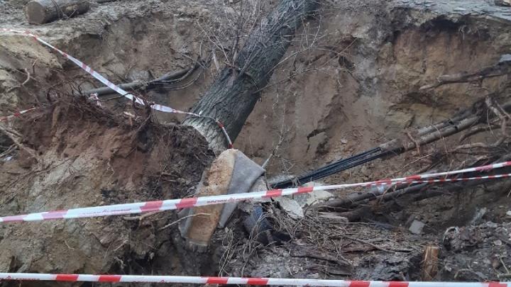 В Дзержинском районе Волгограда коммунальщики месяц не могут зарыть коммунальную траншею