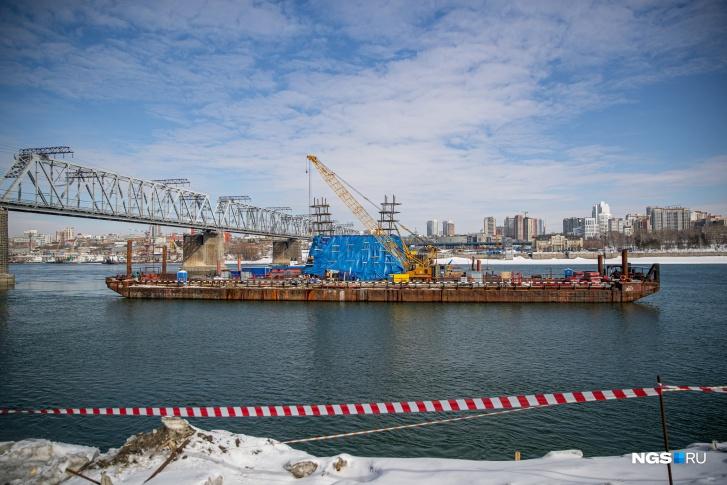 А вот технологическую площадку на левом берегу, которую создавали вокруг русловых опор мостового перехода, демонтируют в апреле. Это не повлияет на прохождение весеннего паводка